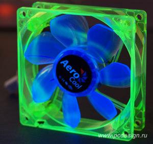 Флуоресцентный вентилятор Aerocool зеленый с синими лопастями и УФ светодиодами
