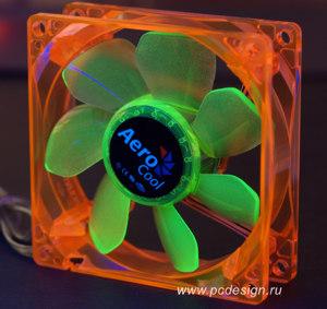 Флуоресцентный вентилятор Aerocool оранжевый с зелеными лопастями и УФ светод