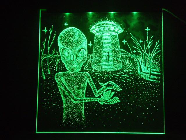 Окно ручной работы  с гравировкой и подстветкой  Save World зеленый