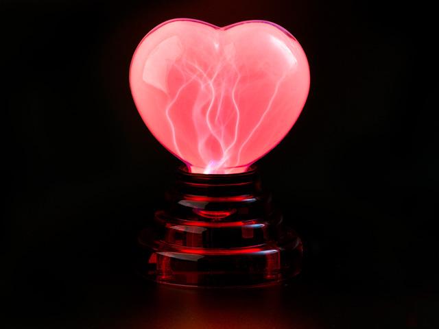 Плазменное сердце USB огненное на красной подставке